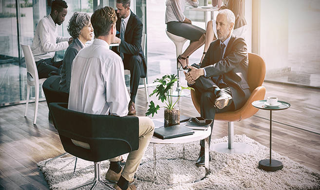 groups of professionnals discussing ©vectorfusionart-AdobeStock