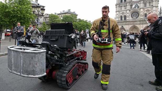Colossus robot in front of Notre-Dame