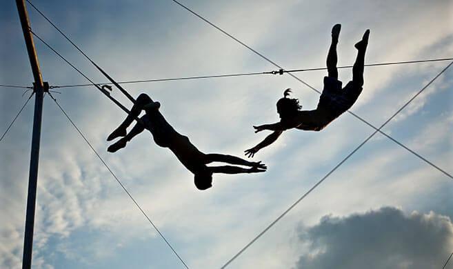 acrobates sur un trapeze - Bruno Adobe stock