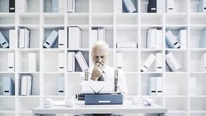 old man writing stokkete-AdobeStock