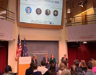 European conference à Harvard vue de l'amphi avec audience et 3 personnes sur la scène